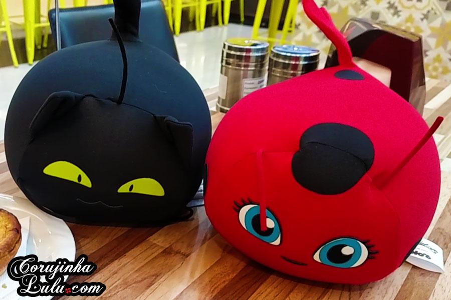 Unboxing dos Novos Produtos e Brinquedos de Miraculous Ladybug: Almofada / Pelúcia Tikki e Plagg - Vlog floc novidades brinquedos fom corujinhalulu corujinha lulu cat noir chat noir gato noir | ©CorujinhaLulu.com